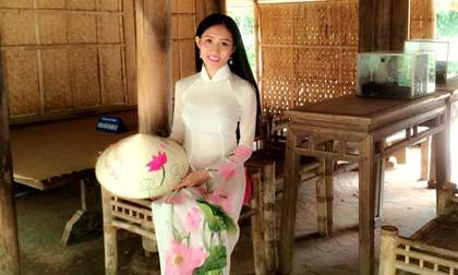 Tân hoa hậu Huỳnh Thuý Anh xúc động khi đến thăm ngôi nhà Bác Hồ