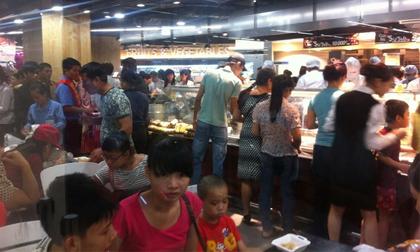 Hà Nội: Biển người chen lấn, xô đẩy trong siêu thị mua gà quay, bánh mì giá rẻ