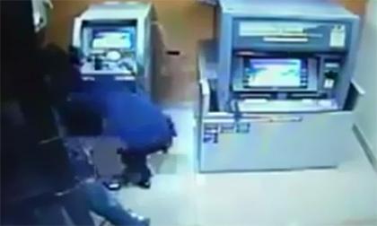 Ba siêu  trộm ATM nhanh như chảo chớp