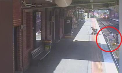Bà mẹ vô tình để con lăn xuống đường ray khi xe lửa đang tới