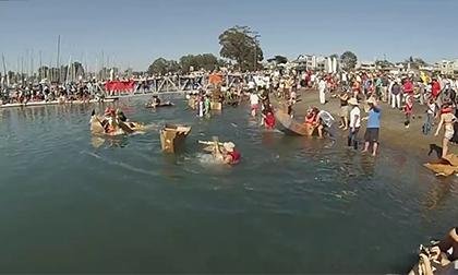 California tưng bừng với lễ hội đua thuyền giấy cực kỳ hài hước