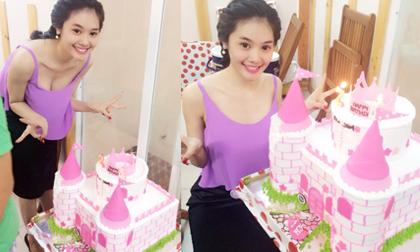 Linh Chi rạng rỡ bên bánh sinh nhật hình lâu đài