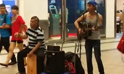 Đoạn clip truyền cảm của hai cha con hát rong