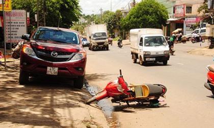Cửa ôtô mở bất ngờ, một phụ nữ tử nạn