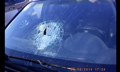 Suýt chết với mảnh bê tông bay ra từ xe đi ngược chiều