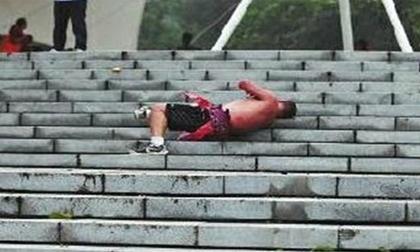 Người đàn ông tập lăn bậc thang để có cơ thể cường tráng