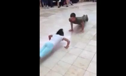 Cô gái và chàng lính trẻ thi chống đẩy