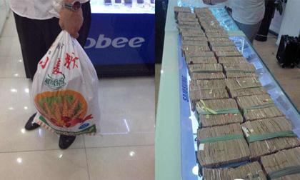 Choáng 'đại gia tiền lẻ' vác 3 bao tiền đi mua iPhone