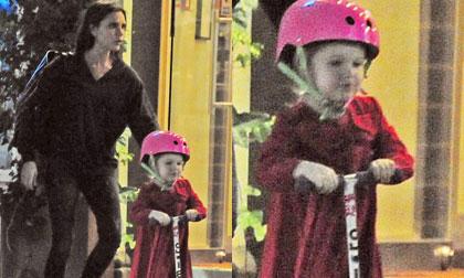 Harper 'cưỡi' xe scooter đi ăn tối cùng gia đình