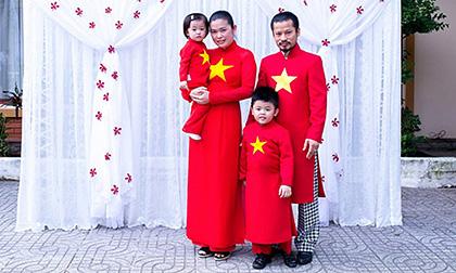 Gia đình Hùng Cửu Long diện áo dài đỏ nổi bật tại sự kiện