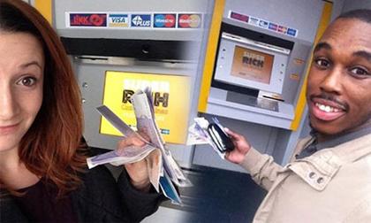 Máy ATM tặng tiền cho người qua đường