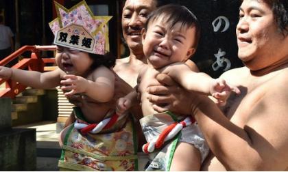 Ngộ nghĩnh cuộc thi dọa em bé khóc tại Nhật