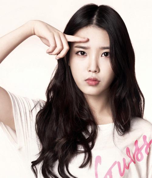 """IU sinh ngày 16 tháng 5 năm 1993 là một nữ ca sĩ và diễn viên Hàn Quốc. Cô  nàng sở hữu khuôn mặt khá xinh đẹp và có biệt danh là """"Em gái quốc dân""""."""