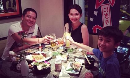 Gia đình Kim Hiền hạnh phúc đi ăn tối