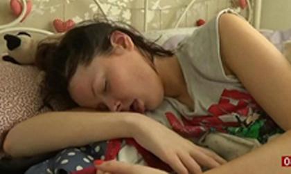 Thiếu nữ 20 tuổi ngủ hơn nửa cuộc đời vì căn bệnh lạ