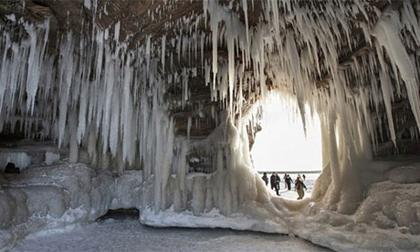 Động băng tuyệt đẹp bên hồ nước ngọt lớn nhất TG