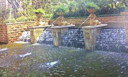 Trang trí không gian sân vườn độc đáo bằng... nước