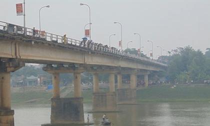 Hàng ngàn người khóc thương hai mẹ con nhảy sông tự tử