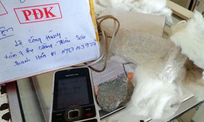 Gửi iPhone 5 qua bưu điện, nhận được Nokia và 2 cục đá?