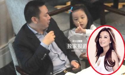 Ông xã Triệu Vy 'đánh quả lẻ' đi ăn cùng con gái
