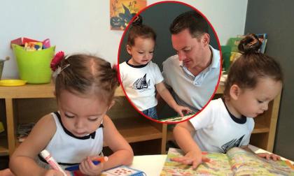 Cặp song sinh nhà Hồng Nhung say sưa học bài cùng bố