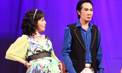 Danh hài Kiều Oanh khệ nệ 'bụng bầu' trên sân khấu