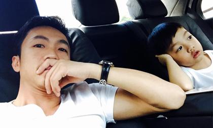 Subeo bắt chước bố chống tay 'trầm tư' cực yêu