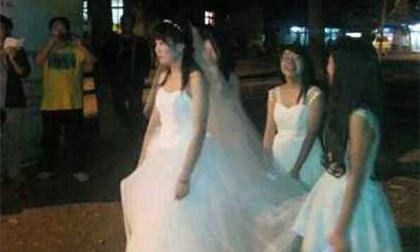 Nữ sinh mặc váy cưới đứng dưới ký túc xá cầu hôn bạn trai