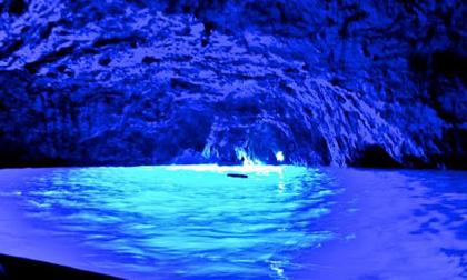 Ghé thăm hang động có dòng nước xanh phát sáng