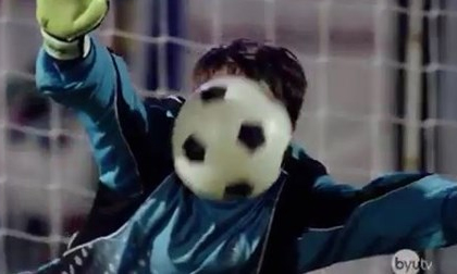 Đỡ 5 quả penalty bằng mặt, thủ môn ngất xỉu trong chiến thắng!
