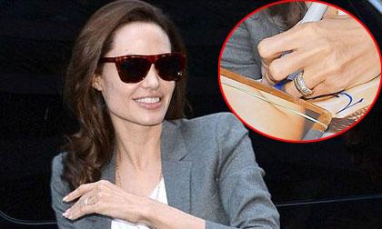 Angelina Jolie hạnh phúc khoe nhẫn cưới kim cương