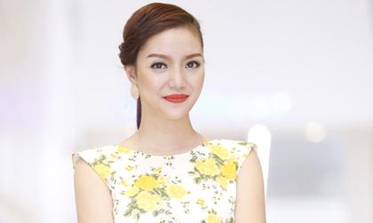 Ngọc Anh diện váy hoa trẻ trung như gái đôi mươi