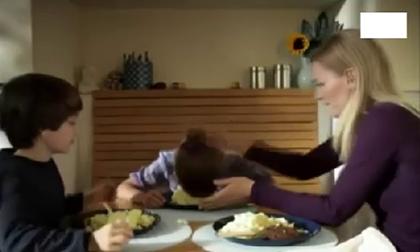 Bữa sáng ngập tiếng cười khi cả nhà troll nhau