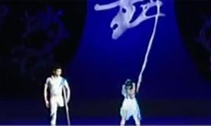 Ngỡ ngàng trước màn biểu diễn của hai nghệ sĩ khuyết tật