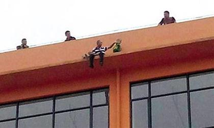 Vợ bỏ đi, chồng ôm con 4 tuổi lên nóc nhà đòi tự tử