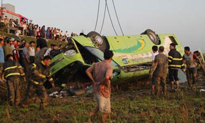Xe khách lật ngửa trên ruộng, 1 người chết, 19 bị thương