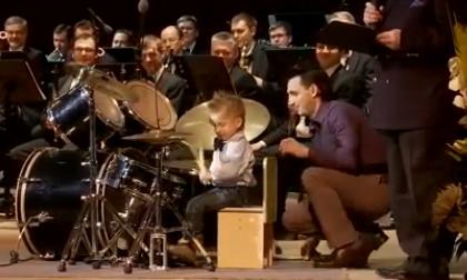 Thiên tài 3 tuổi chơi trống cực đỉnh