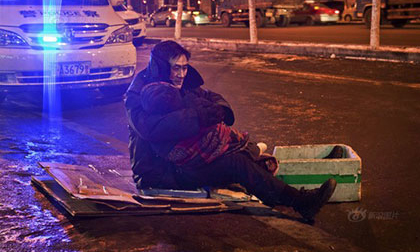 Ông lão ngồi ôm xác vợ suốt 2 tiếng dưới cái lạnh -24 độ C