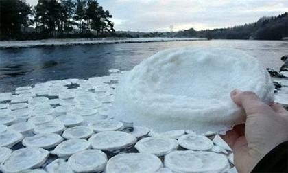 Băng tuyết kết hình chiếc đĩa trên mặt sông