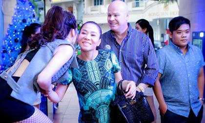 Thu Minh 'bế' bụng bầu đến chúc mừng Trang Pháp