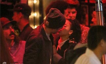 Robert Pattinson bị 'chộp' ảnh hôn bạn gái thắm thiết