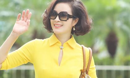 MC Thanh Mai diện đầm vàng trẻ trung xuống phố