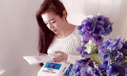 Elly Trần e ấp như thiếu nữ bên trang sách