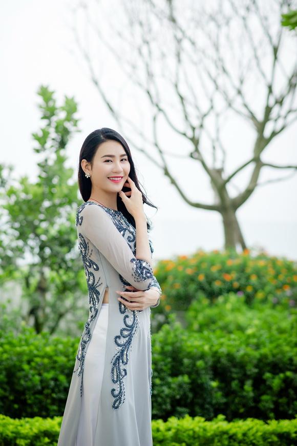 Siêu mẫu Quốc tế Phan Hà Phương nhẹ nhàng cùng áo dài Minh