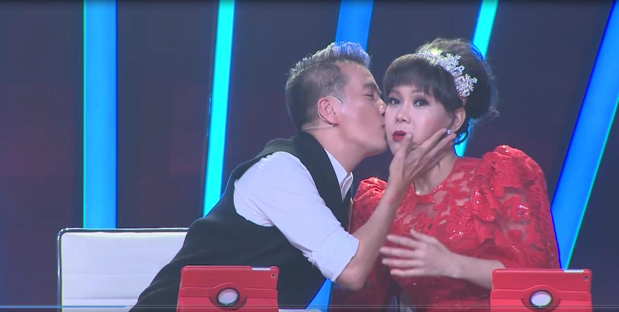 Đàm Vĩnh Hưng hôn say đắm Việt Hương trên ghế nóng