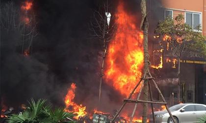 Hỏa hoạn, lửa bao trùm thiêu rụi nhiều căn nhà tại phố Trần Thái Tông