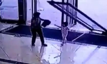 Tai nạn kinh hoàng: Bé gái 3 tuổi bị cửa kính khổng lồ đè trúng người