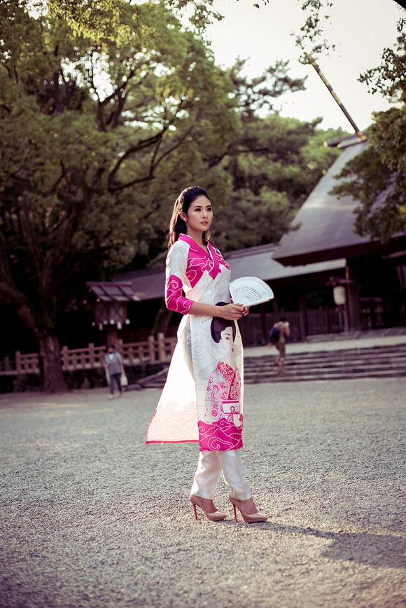 Ngọc Hân khoe dáng với áo dài tại Nhật Bản