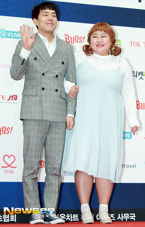 Mỹ nam, mỹ nữ Kbiz tưng bừng đọ sắc trên thảm đỏ Gaon Chart Music Awards