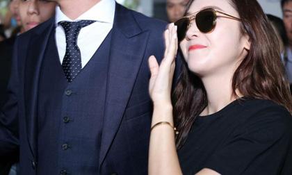 Jessica xinh như nữ thần, cố vẫy chào dù bị 'biển fan' bao vây tại sân bay Tân Sơn Nhất